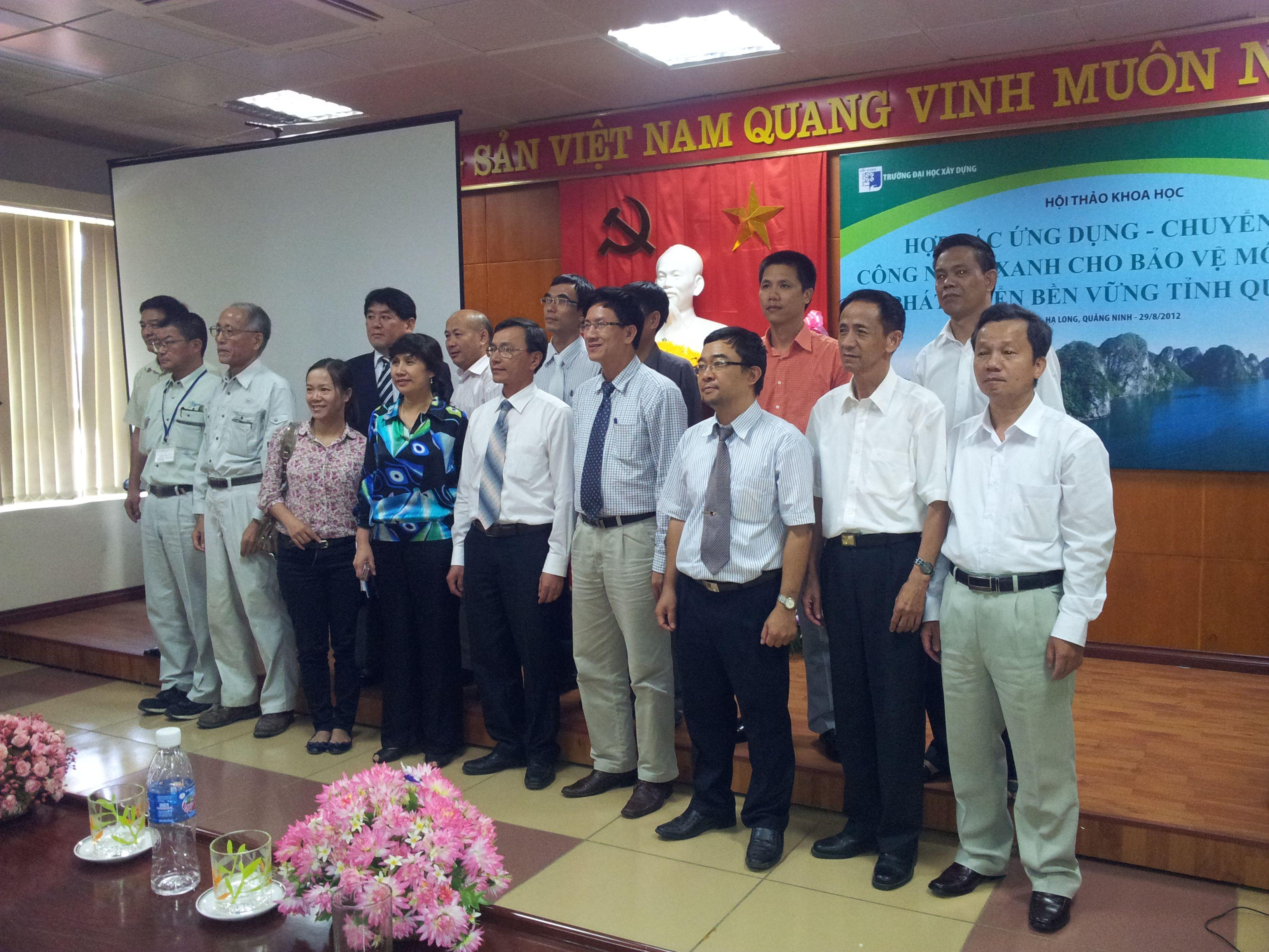 Đại diện các đơn vị tham dự hội thảo chụp ảnh lưu niệm cùng Lãnh đạo sở TN-MT Quảng Ninh